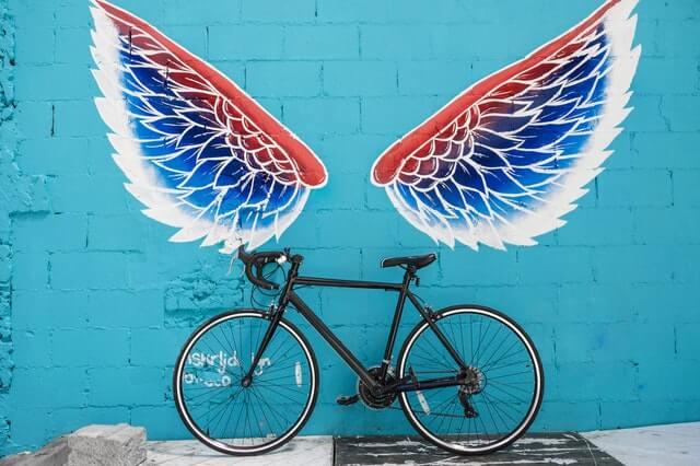 Straatkunstvleugels en fiets